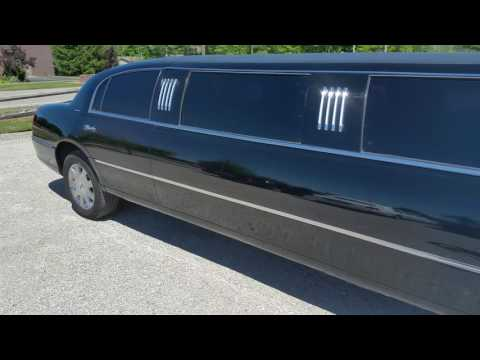 Black Lincoln Town Car Limousine - Lake Erie Limo - 440.749.6090