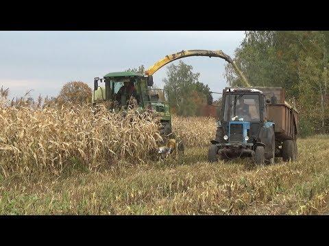 Комбайн John Deere 6750 производит уборку кукурузы на силос