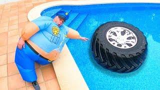 Fingir jogar Polícia - a roda caiu na piscina