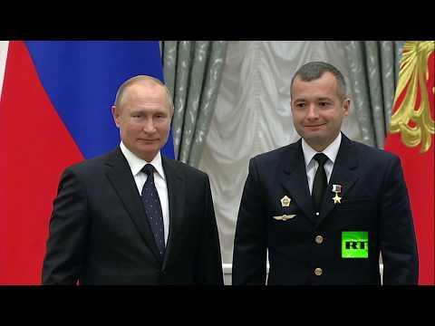 بوتين يقلد طاقم طائرة روسية وسام -بطل روسيا- للهبوط -المعجزة-  - نشر قبل 2 ساعة