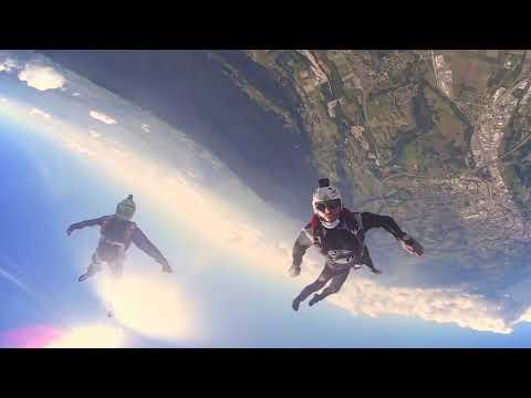 Vídeo mostra por todos os ângulos um salto de paraquedas na França