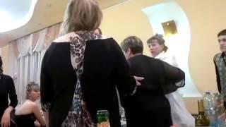 Отец жениха против невесты на свадьбе