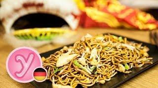 chinesisch GEBRATENE NUDELN wie beim Asiaten  Imbiss mit Hühnchen Ei Gemüse vegetarisch möglich