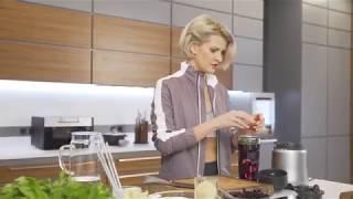 Полина Киценко готовит смузи в фитнес-блендере BORK