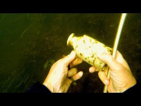 Searching for treasures underwater in an Irish river. Поиск сокровищ под водой в ирландской реке.