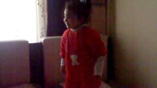 Kırmızı tulumlu kız