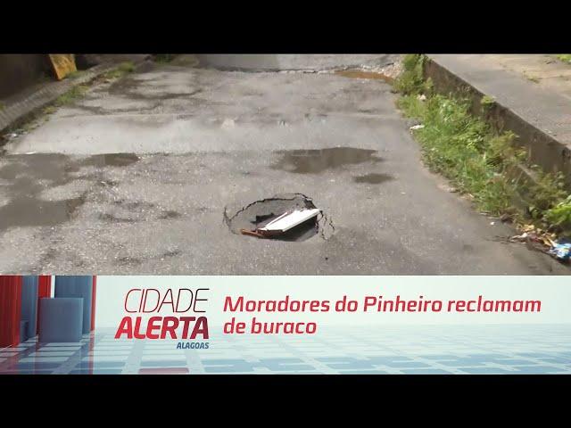 Moradores do Pinheiro reclamam de buraco que surgiu na manhã de hoje