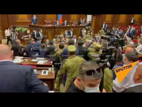 Депутаты парламента Армении бросают бутылки друг в друга