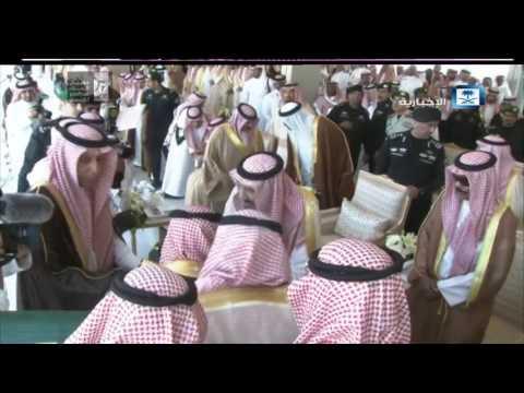 """بالفيديو.. الملك سلمان يكرم """"هذال العتيبي"""" شاعر الوطن"""