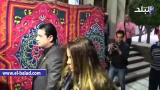 بالفيديو.. وصول أشرف زكي وسميرة أحمد وياسمين الخيام وسيمون عزاء «فيروز»