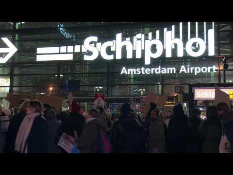 Protest bij Schiphol en KLM tegen inreisverbod VS