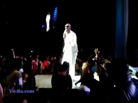 Radio News- R&B Singer R. Kelly kicks out fan in Nokia Theater Nov 2012 Funny.mov