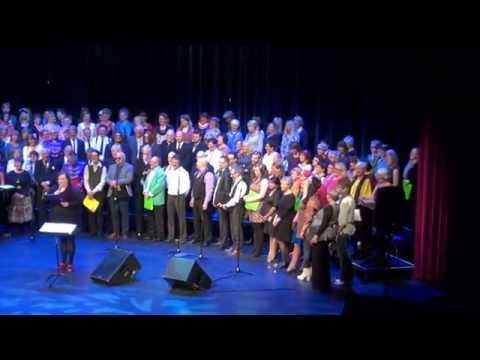 Alle kan synge koret synger Beatles i Bodø kulturhus.