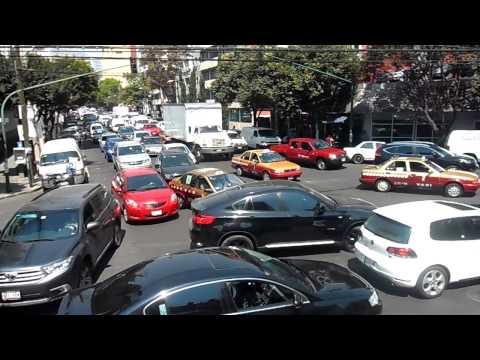 Desorden y Confusión en el tráfico muy loco de la Ciudad de Mexico DF