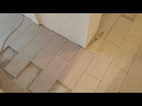 Речной укладка плитки в кухне и прихожей