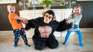 Alex y Gaby jugando con mono gracioso