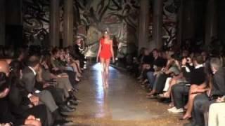 HILARIOUS supermodel falls on runway! FAIL!