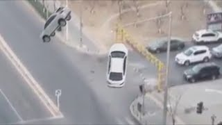 Graban dos autos levitando en medio de una carretera en China 2018