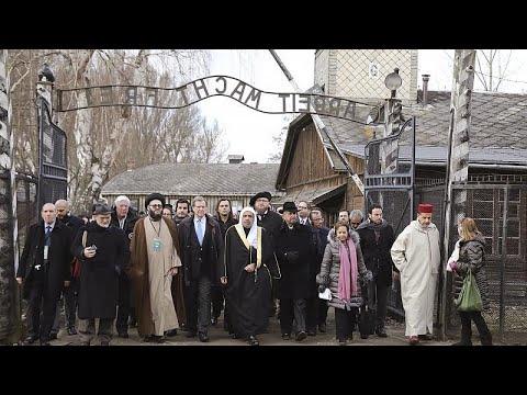شاهد: علماء مسلمون يشاركون نظرائهم اليهود في زيارة مشتركة إلى معتقل أوشفيتز…