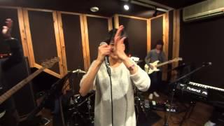 アクションスター佃井皆美が、バンドのヴォーカルとしてステージに立つ...