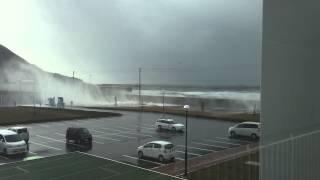 函館市国際水産・海洋総合研究センターに押し寄せる高波