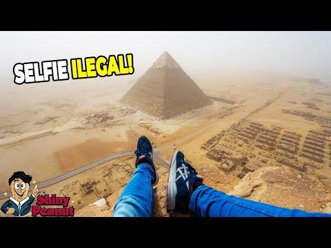 Pemuda Ini Nekat Memanjat Piramida Demi Foto Sempurna