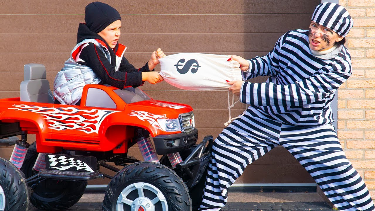 Artem pretend play Police and catches a thief