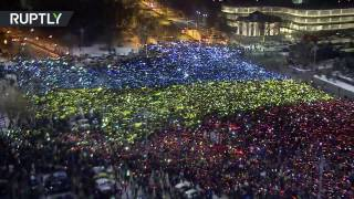 В Бухаресте тысячи протестующих образовали «живой» флаг Румынии