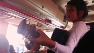 Awalnya pada cuek sama pengamen cantik ini,, pas dia nyanyi satu mobil bus pada kagum sama suaranya