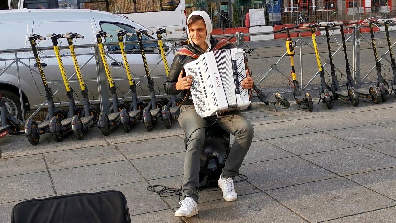 Уличный музыкант исполняет хиты прошлых лет на цифровом баяне: Звенит январская вьюга и Помоги мне