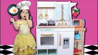 Chloe Brinca com Cozinha de Brinquedo ! Pretend Play Kitchen Toys