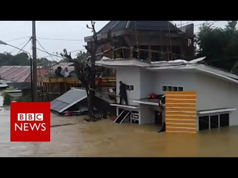 Indonesia flash flood sweeps away entire longhouse - BBC News