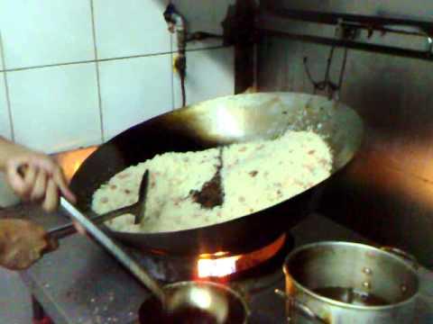 Como se prepara el arroz frito arroz chino facil doovi for Como se cocina el arroz