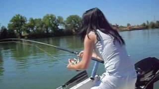 video combat de mon silure 2m07 par la petite boukynette!!!!