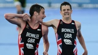 Alistair Brownlee helping brother Jonny over the finish line in the world Triathlon Alistair Brownlee Helps His Brother Over The Finish Line Jonny