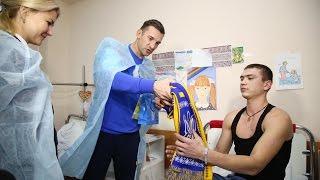 Футболисты национальной сборной Украины проведали раненых бойцов АТО в харьковском госпитале