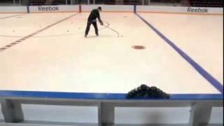 Сидни Кросби показал, насколько точно он умеет бросать(Сидни Кросби показал, насколько точно он умеет бросать., 2010-12-17T17:20:25.000Z)