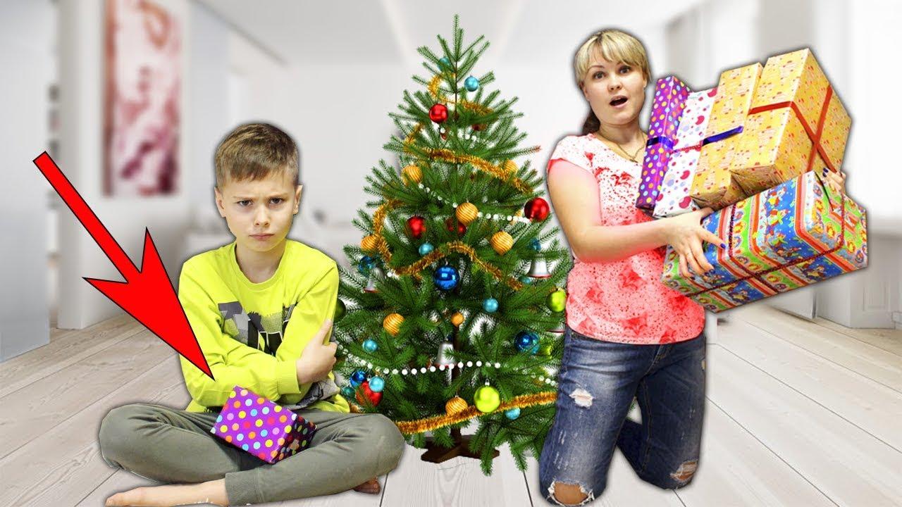 Сережу ОБДЕЛИЛИ ????!!! Мама НЕ ХОЧЕТ делиться подарками под елкой! скетчи для детей от Фаст Сергей