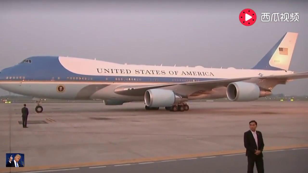 特朗普在越南下飛機,場面超壯觀 - YouTube