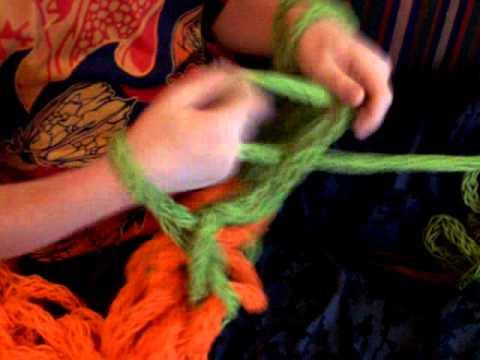 Tricoter avec les bras 3 petites mailles