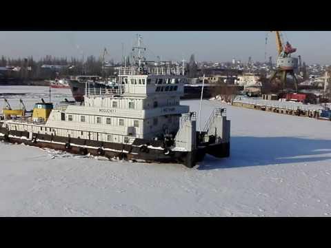 видео: Буксир ломает лёд