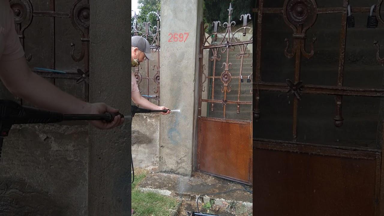 Borrando Graffiti del portal de una reja restaurada