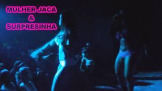 MULHER JACA TIRA A CALCINHA NO PALCO