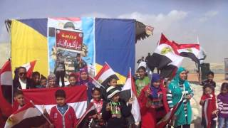 Children October generation Ngnon received hands on the banks of the new Suez Canal