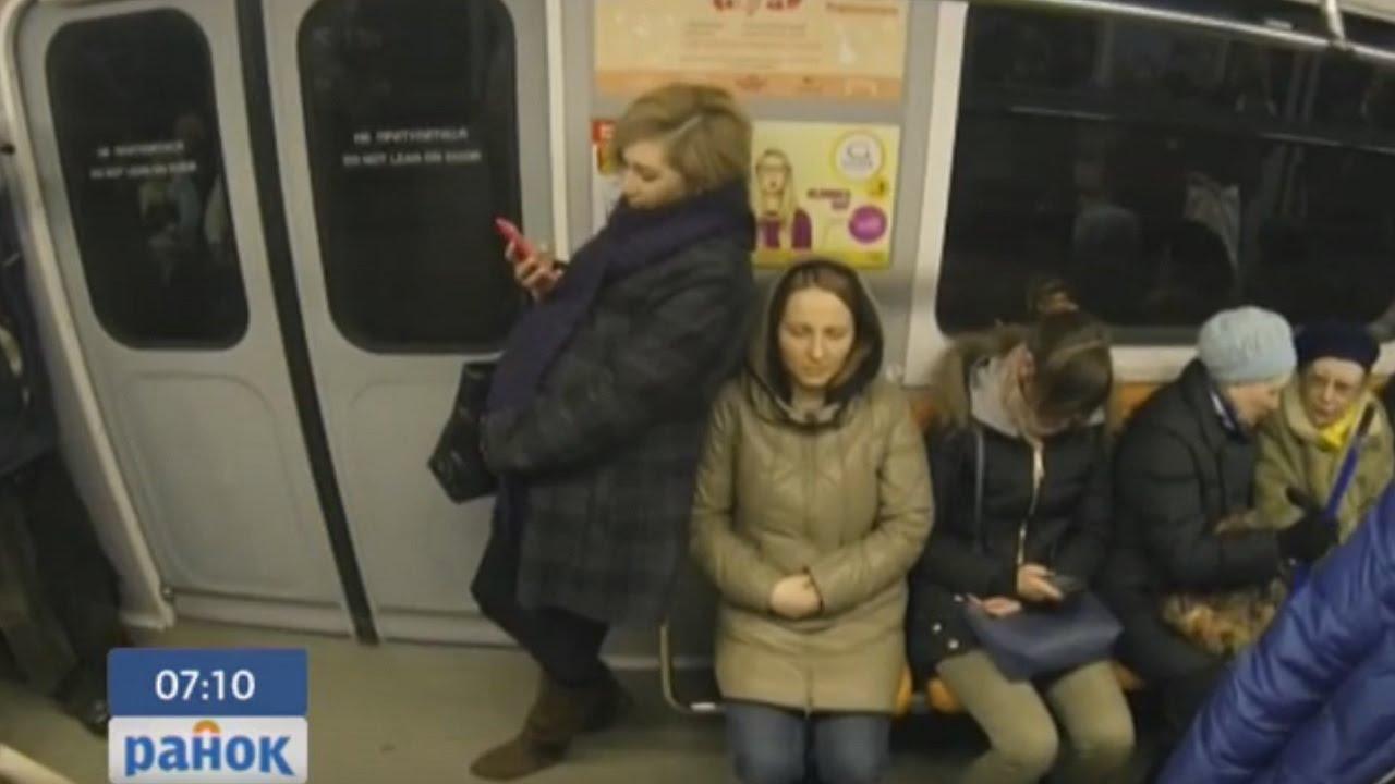 Волосатых женщины в общественном транспорте свою подругу
