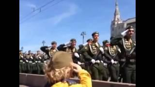 малыш и вежливые человечки...Парад Победы Москва  2015 г