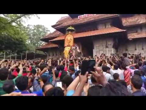 Thrissur Pooram 2016 starts after Thechikottukavu Ramachandran comes out the temple
