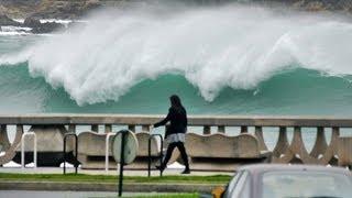 Repeat youtube video Temporal rompe Paseo Marítimo en La Coruña.Temporal galicia.