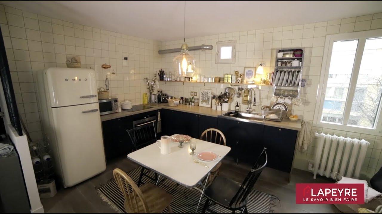 Une cuisine chic et rétro ouverte sur le salon