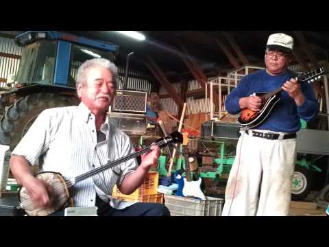 北大東島の漁師が弾く、エレキ三味線